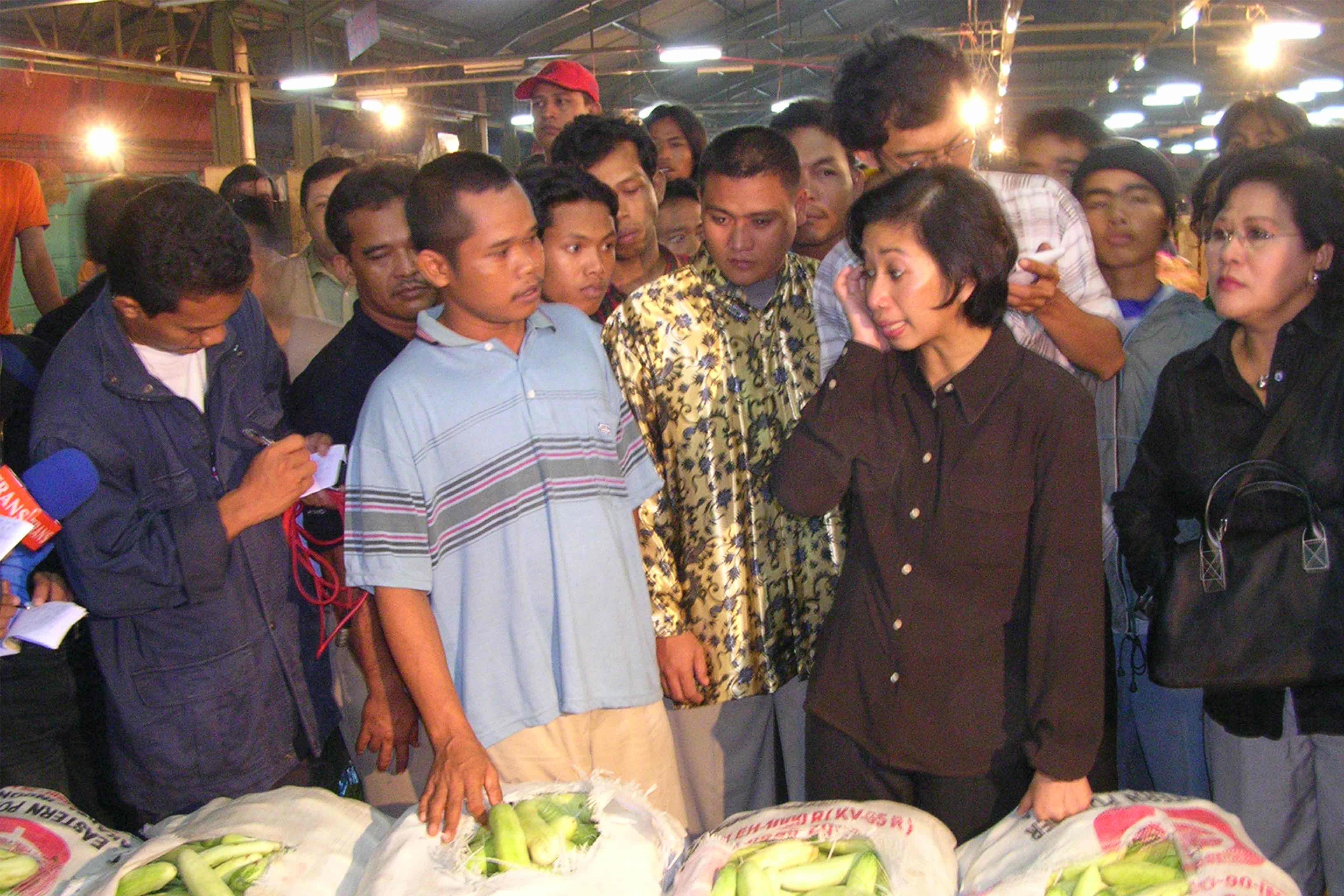 Kunjungan Pejabat Negara, Menteri Perdagangan Rini Soemarno di Pasar Induk Tanah Tinggi, Pada Tahun 2003